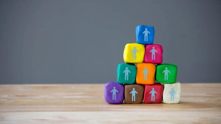 Odpowiedni człowiek na odpowiednim miejscu: jak rekrutować do działów sprzedaży?