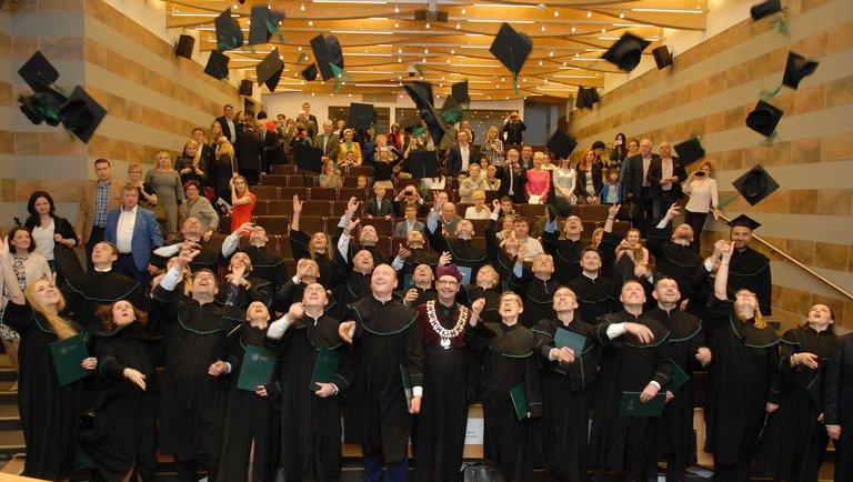 Czy warto podjąć studia Executive MBA wjęzyku polskim?